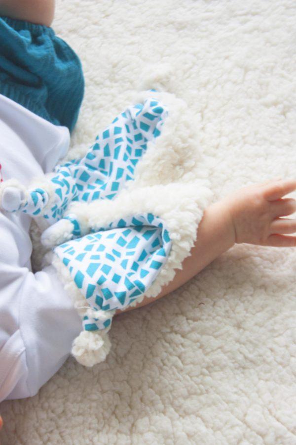 Mise-en-situation-doudou-plat-pour-bebe-coton-bio-bora-blanc-kapoune