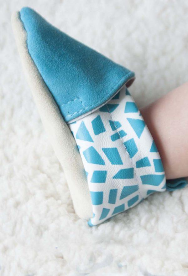 mise-en-situation-chaussons-bebe-cuir-bora-bleu-kapoune