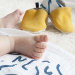 mise-en-situation-chaussons-bebe-cuir-gouache-kapoune