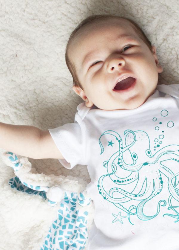mise-en-situation-tee-shirt-bebe-coton-bio-bora-bleu-kapoune