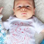 mise-en-situation-tee-shirt-bebe-coton-bio-yeux-bora-corail-kapoune