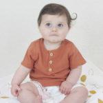 mise-en-situation-blouse-bébé-brique-unisex-made-in-france