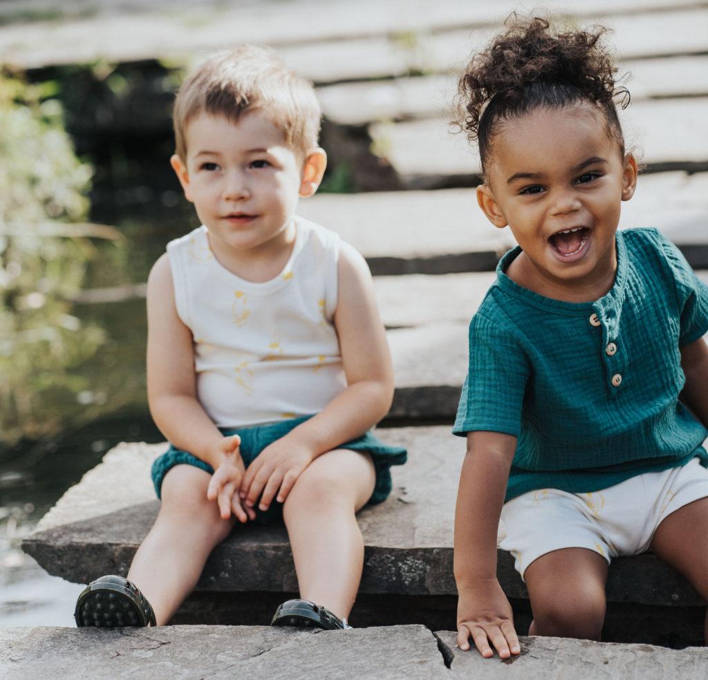 Enfant avec vêtements en coton bio
