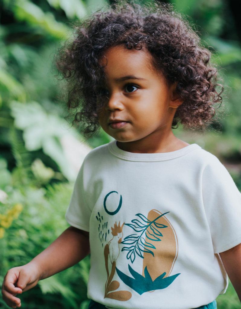 Enfant avec vêtement en coton bio
